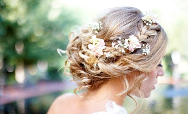 Hochzeitsfrisur für lange Haare - 55 elegante Haarstyles | Zopf oben seitlich mit frischen Blumen seitlicher Dutt