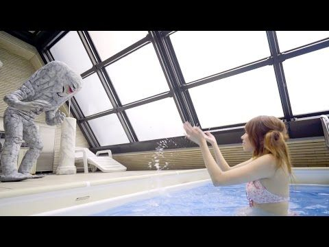 水が弱点の怪獣・ジャミラが「例のプール」に降臨 切なすぎるカプセルトイ「水際のジャミラ」が禁断のPVを公開 - ねとらぼ