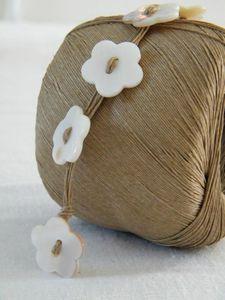 Boutons nylon, plastique.  Retrouvez tous les boutons nylon chez Actua Fournitures, mercerie et accessoires de mode, gros, semi-gros  DIY button bracelet, no tutorial, make like the pearl bracelet from the same website