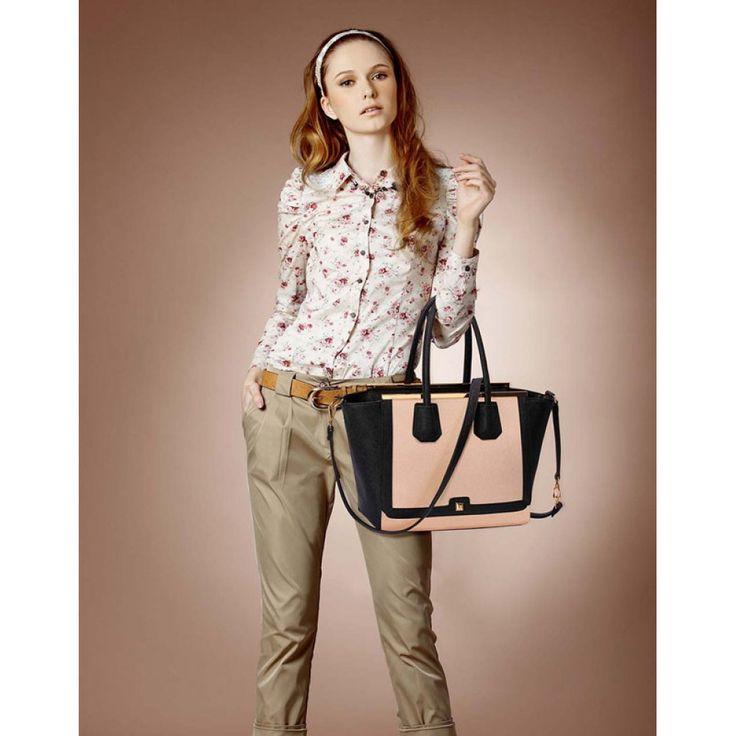 Barva kabelky: černá/tělová. Velikost 32 cm (Š) a 27 cm (V).  Součástí je dlouhý ramenný popruh pro nošení přes rameno. Kabelku lze nosit i v ruce. Vnitřní kapsy uzavřené zipem i otevřené kapsy pro doplňky.