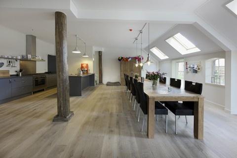 strakke eethoek - mooie vloer - prachtig in combinatie met de grijze keuken en stoere pilaar