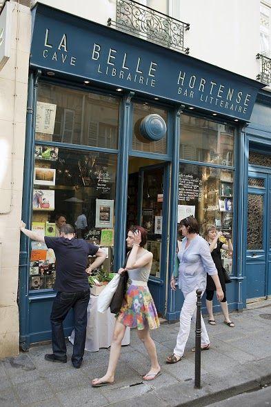 Paryż/ La Belle Hortense- Kawiarnia - instytucja (w końcu to Paryż!). Serce literackiego światka znad Sekwany znajduje się w słynącej z artystycznej atmosfery dzielnicy Le Marais. Tu tak samo konsumuje się czerwone wino, jak kulturę. Książki, wystawy, happeningi... Wszyscy wkoło mówią po francusku i ty też możesz - po trzecim kieliszku na pewno pójdzie ci gładko i od razu weźmiesz się za Houellebecq'a w oryginale