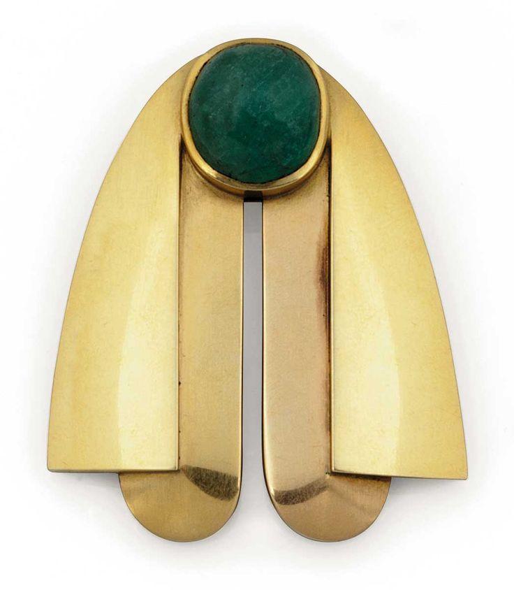 """Raymond Templier (1891-1968), broche dite """"Abeille"""" ornée d'un cabochon ovale en émeraude et or jaune, signée."""