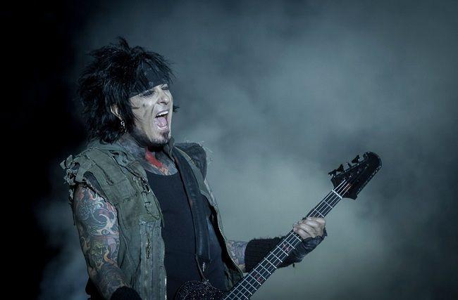 SIXX: A.M. в составе басиста Никки Сикса, гитариста Диджея Ашбы и солиста Джеймса Майкла выпустили лирик-видео на кавер «Drive» THE CARS.