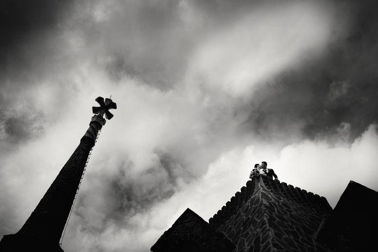fotografo de boda en Barcelona . Espectacular foto de novios en Torre bellresguard, de Gaudi