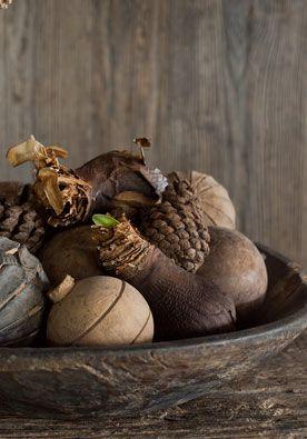 Ballenbak DIY | doe het zelf Een paar decoratieballen in aardetinten, ronde vruchten en bloembollen samen op een schaal leveren jou zomaar een stylingtopper op. www.twoonhuis.nl