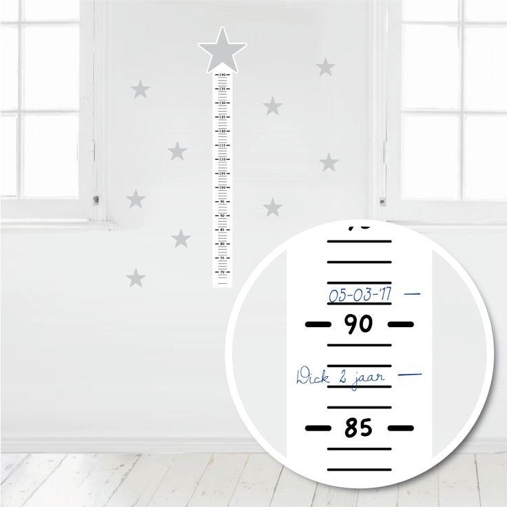 Deze muursticker meetlat is makkelijk met pen of watervaste stift te beschrijven. Op deze manier kun je de groei van je kindje leuk bijhouden. #muursticker #meetlat #groeimeter #hip #grijs #ster