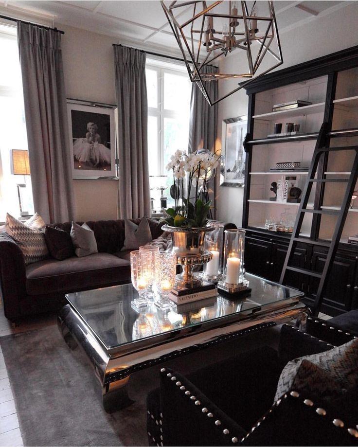 Gøy å se tilbake på gamle bilder Rart å tenke på at det bare er et år siden • • • • • #bymadsmagazine #madsmolvik #myhome #livingroom #stue #hjem #interiør #inredning #interior #interiordesign #lamp #view #mirror #couch #sofa #flower #inspire_me_home_decor #interior123 #glam #classic #dekor #decor #design #home #hjem #flower #blomster #weekend #eichholtz #lamp #lights #bymads