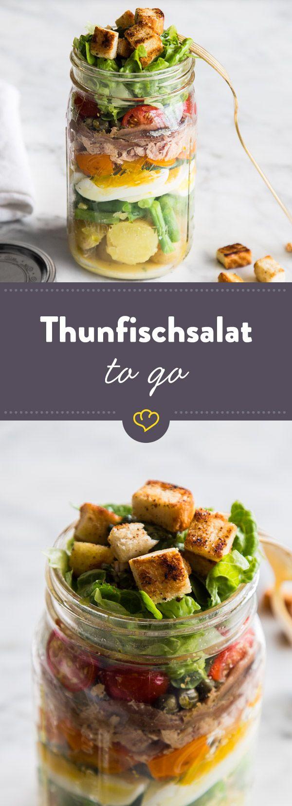 Pellkartoffeln, grüne Bohnen, Paprika, Tomaten, gekoche Eier, knusprige Croûtons und etwas Thunfisch - das ist Salat Niciose. Im Glas perfekt zum Mitnehmen.
