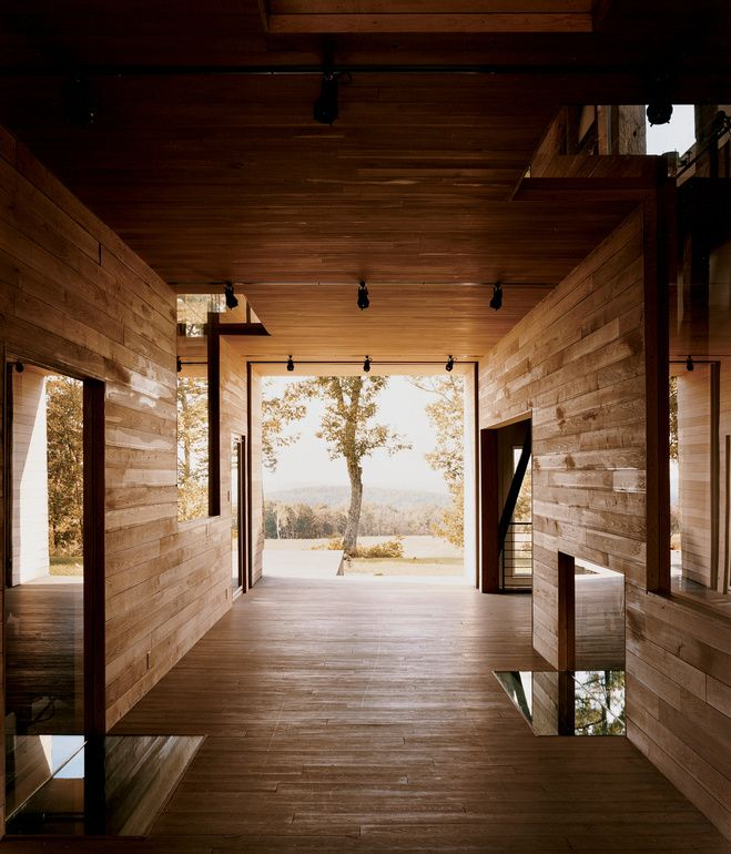 """In a narrow residual area between the breezeway and the house's northern elevation, Cohen created a so-called """"skinny space,"""" with a chan..."""
