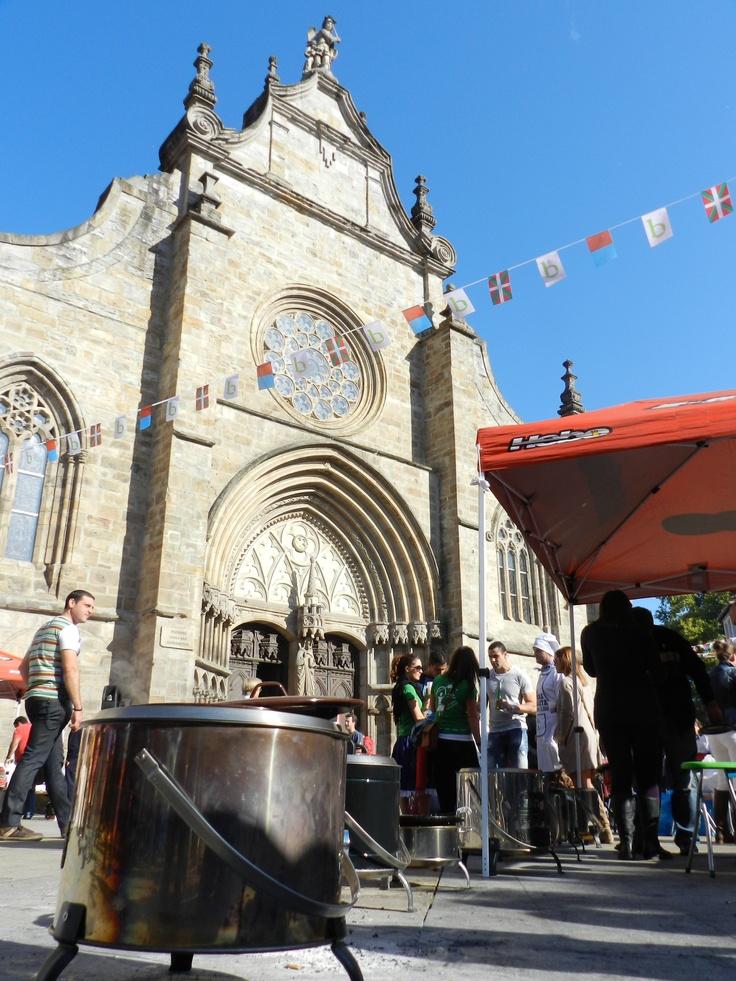 La Iglesia gótica engalanada durante la festividad de San Severino, patrón de Balmaseda.