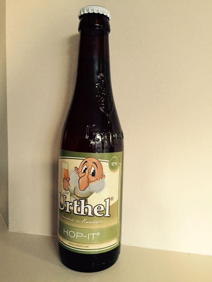 Urthel Hop-it. Blonde IPA van 9,5%. Oorsprong: Brouwerij Urthel Ruiselede (BE). Urthel Hop-It is een volmondig en hartverwarmend Speciaalbier van hoge gisting en gist na op de fles. Met zijn zeer hoppige, kruidige en fruitige karakter is Urthel Hop-It de perfecte keuze voor de bierliefhebber die vindt dat het hoog tijd wordt voor iets anders. Iets heeeeel anders... Want één van de meest creatieve brouwers op dit moment is een vrouw, Hildegard van Ostaden. Als brouwer van Urthel uit het…