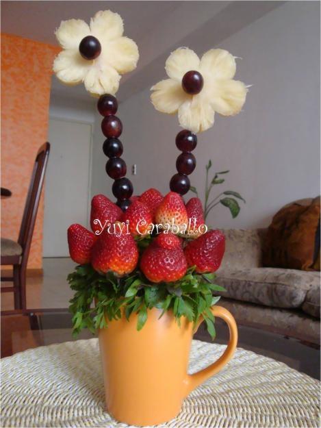 Arreglo frutal: económico y práctico para regalar. Fresas con tallo, uvas y para la flor rodajas de piña cortadas