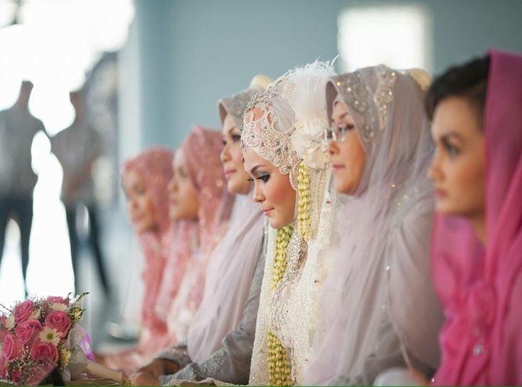 Vany tampil anggun di hari akad nikah dengan kebaya berwarna putih, dipadukan dengan jarik bermotif yang mampu memberikan kesan tradisional.