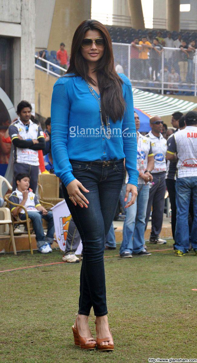 Daisy Shah In Sunglasses