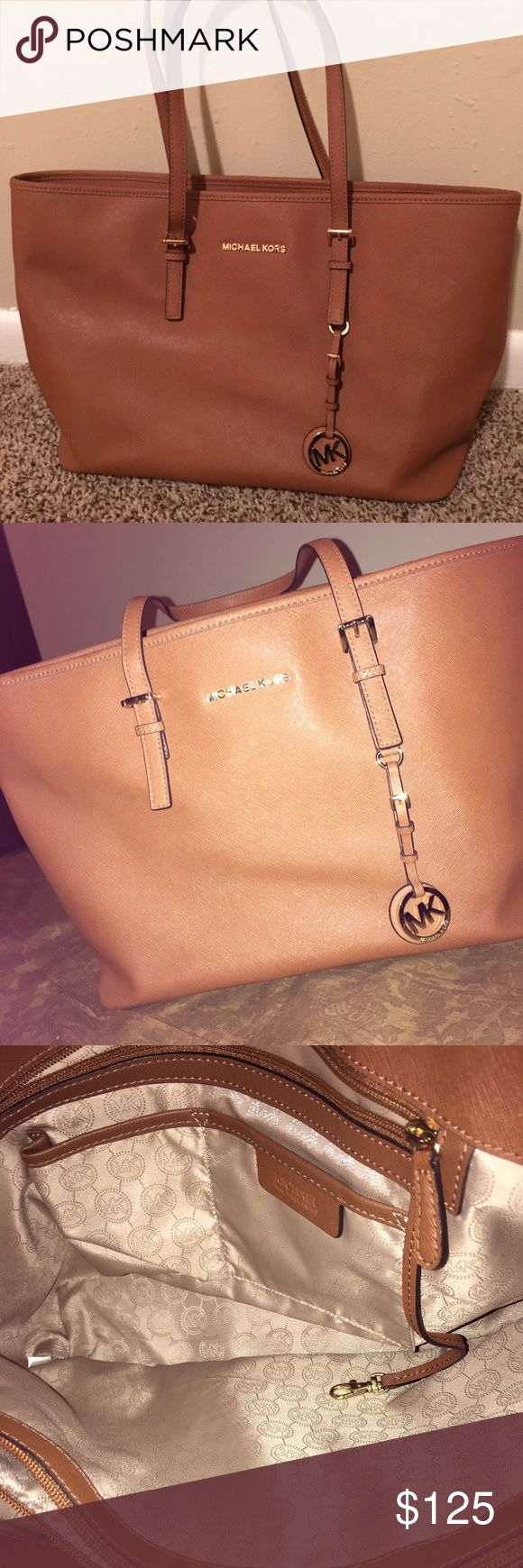 Authentic Michael Kors Jetset tote I'm selling a Michael Kors Jetset tote in like new condition. Sz Medium Michael Kors Bags Totes