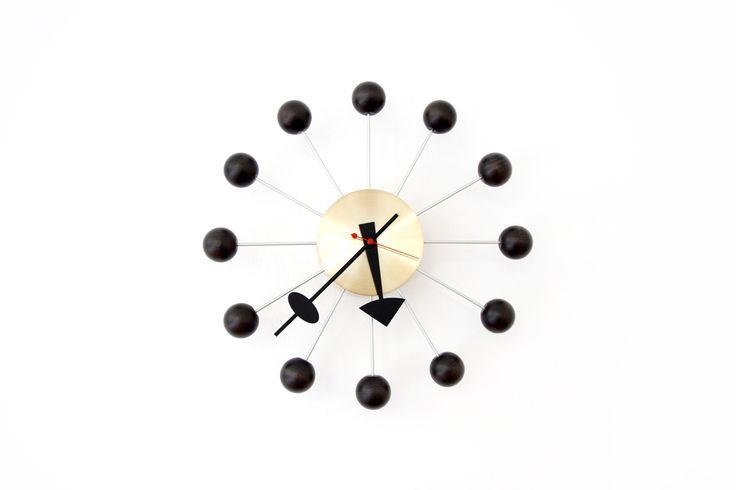 George Nelson Ball Clock in donker notenhout met messing van OnS vintage design Amsterdam