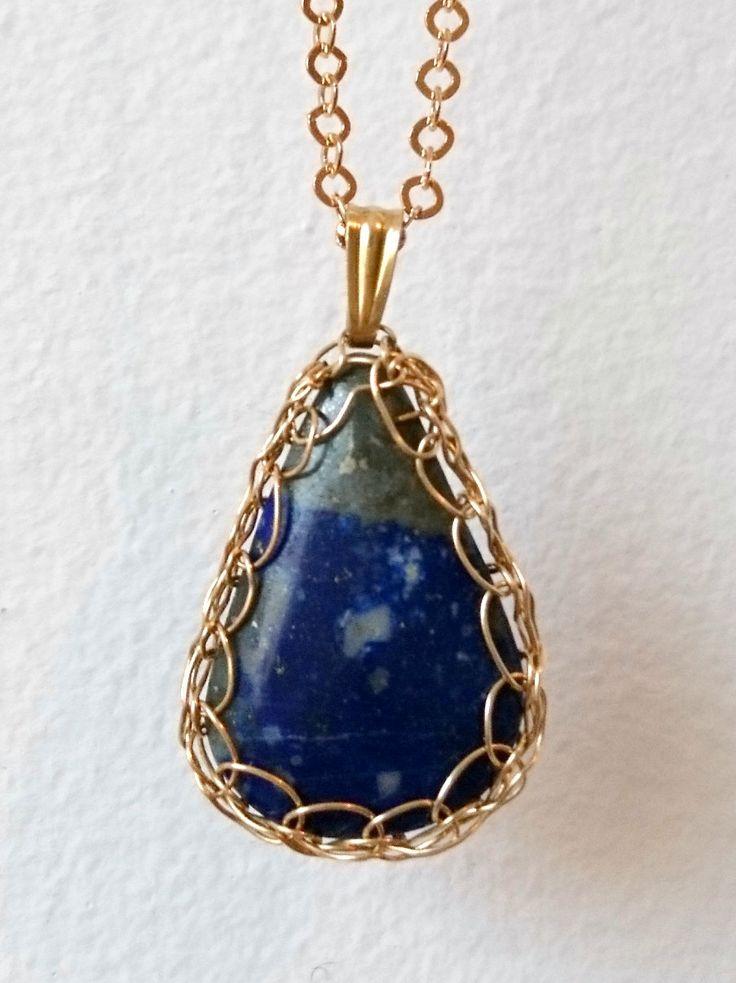 Lapis Lazuli bleu pendentif en plaqué or. Cadeau anniversaire pour femme Sagittaire, Poissons, Capricorne, Verseau. Femme 40ans 50ans 60ans. de la boutique Dekalyna sur Etsy