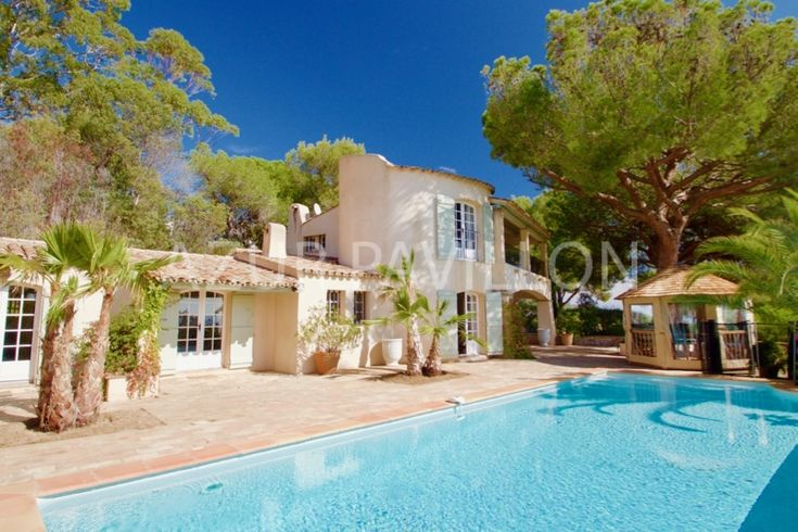 Sainte Maxime, just a few minutes BY FEET to the centre with the harbor and beach, with all the restaurants, bars and shops for your daily fresh bread, you will find this splendid villa of the 1930's with AMAZING SEA VIEW and overflow private pool. The villa is situated at a very calm and private …