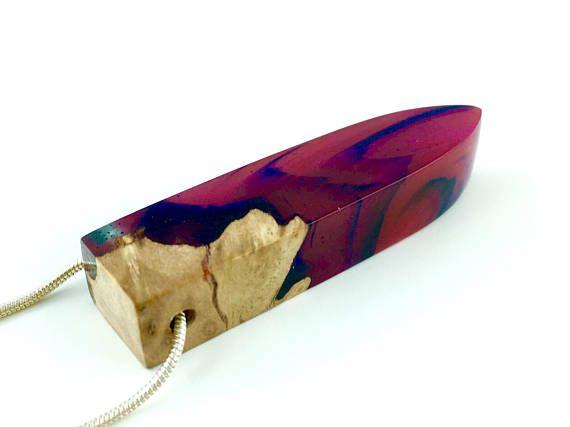 100% Handgemacht in Deutschland Diese atemberaubende Halskette ist eine Verschmelzung aus brillantem bunten Harz, Glitzer-Staub und exotischem Holz. Der Anhänger stellt unsere Galaxie in prächtig leuchtenden Farben und Glitzerpartikeln dar. Im Licht erstrahlt das Hochglanz polierte