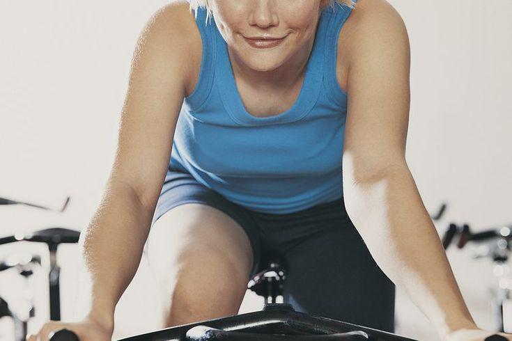 Músculos trabajados con una bicicleta estacionaria. Pedalear en una bicicleta estática en la intimidad de tu hogar o durante tu visita a un gimnasio ayuda a mejorar tu acondicionamiento cardiovascular y a quemar calorías sin dañar las articulaciones. Esta forma de ejercicio es también una manera de ...