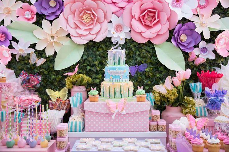 En un ratito de ocio, navegando en la web, encontré esta maravilla en el sitio CatchMyParty.com. Una fiesta temática llena de color y armonía como pocas. Muchas flores gigantes y mariposas, colores…