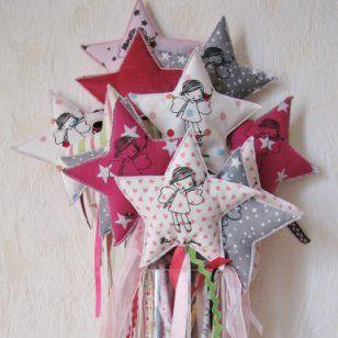 Avec ses cœurs, ses étoiles et ses longs rubans de satin, cette baguette magique exauce tous les vœux et ne jette que des bons sorts ! L'étoile est en tissu molletonné, montée sur une baguette en bois, elle-même recouverte du même tissu. A découvrir sur Marie Claire Idées .com
