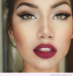 14. Dunkelrote Lippenstifte für stark betonte grüne Augen. #SmileHype                                                                                                                                                                                 Mehr