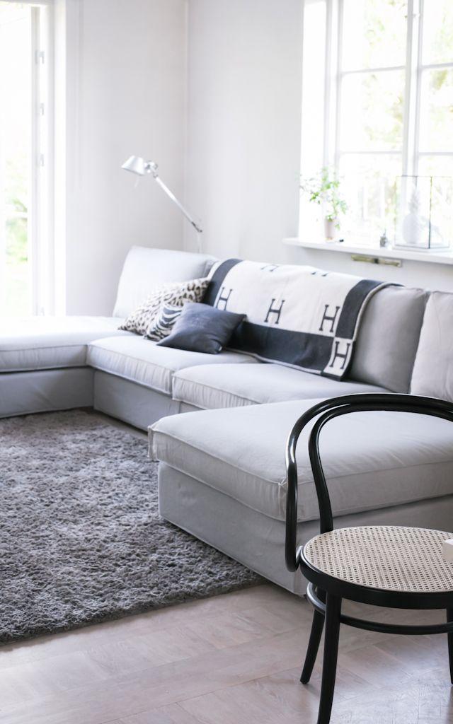 """Grå soffa blir fint i färgställning till vitt och gult. Hoppa över onödigt plats för bord och köp en """"fotpall"""" istället som funkar som både och."""