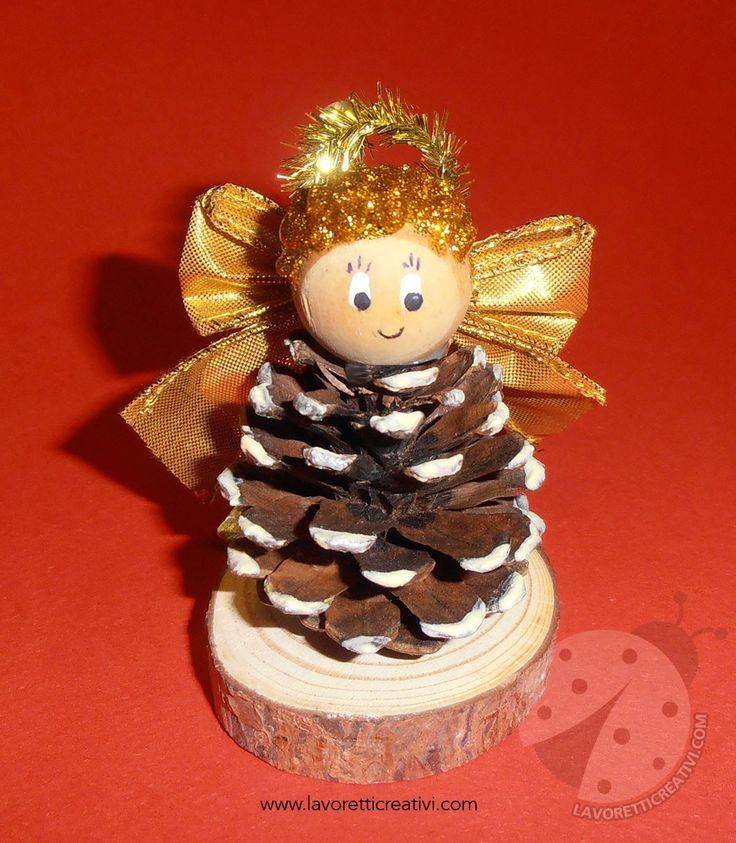 Angelo di Natale con pigna
