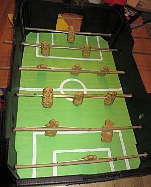 Tafelvoetbalspel surprise met taaitaai mannetjes. Voor voetballiefhebbers een leuke surprise