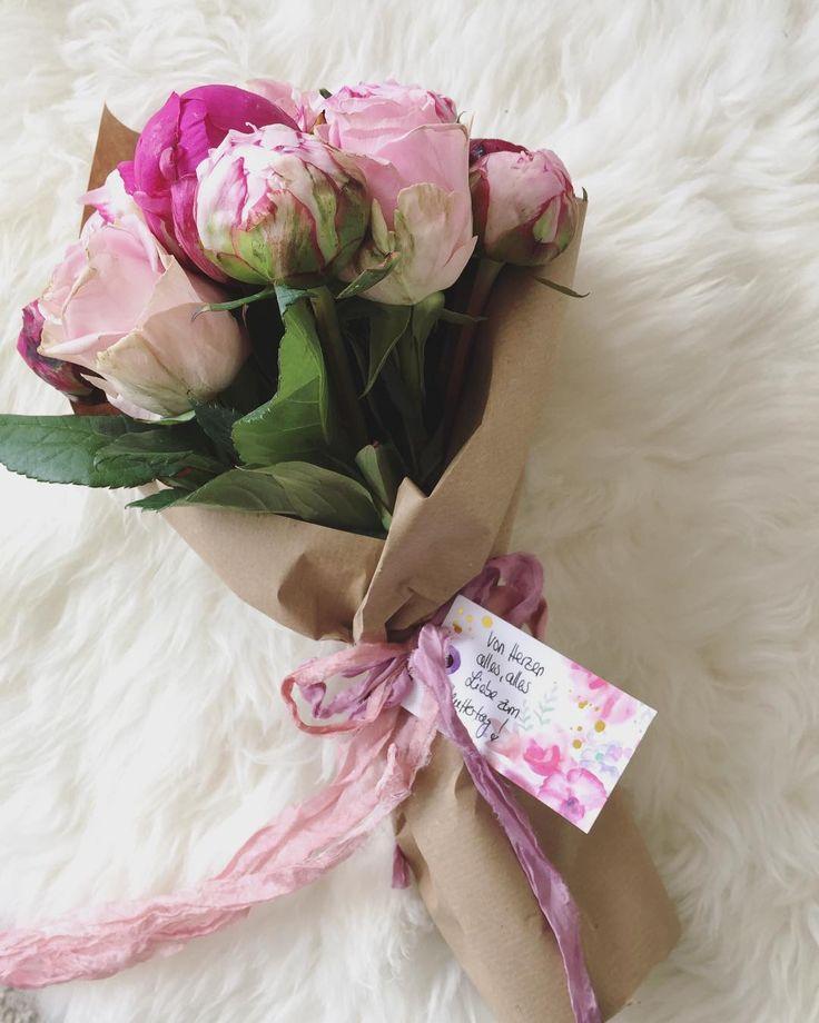 [ MERCI ] Hach ihr Lieben, habt tausend Dank für die vielen Herzen und süßen Zeilen zu meinem Muttertagsbild! ������ Ich hoffe, ihr alle hattet einen schönen Sonntag mit euren Liebsten und habt euch verwöhnen lassen!☀ Meine Schwiegermama wurde übrigens mit diesem Pfingstrosenstrauß überrascht verwöhnt...�� Diese Blütenpracht widme ich heute euch als D A N K E für euren süßen Worte! ���� Genießt die Abendsonne! * * * #tuesday #mum #mothersday #bride #bridal #bridetobe #bride2017 #brides…