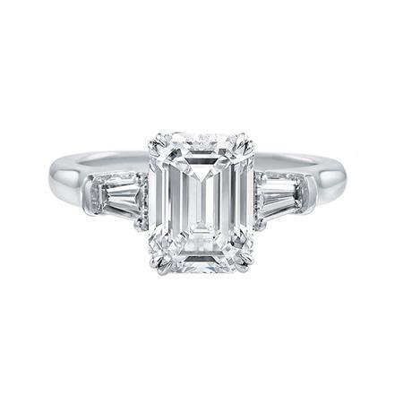 エメラルドカットのセンターストーンがクールな印象 *エンゲージリング 婚約指輪・ハリーウィンストン一覧*