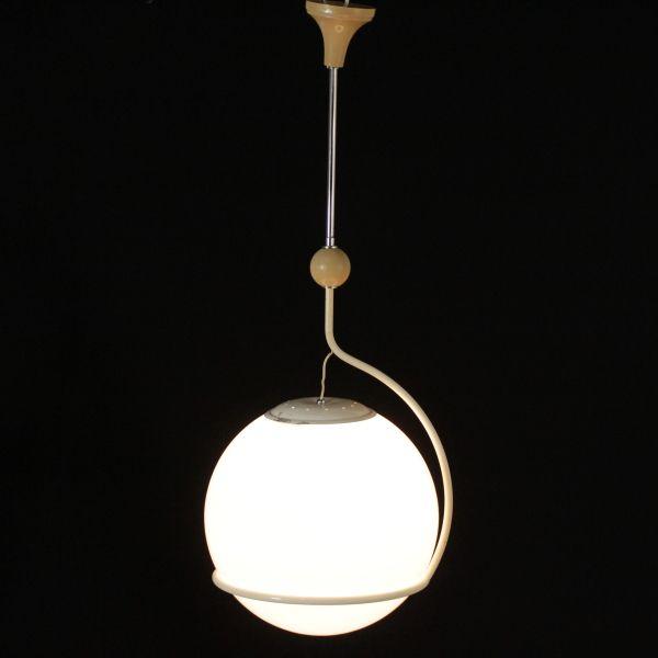 Lampada anni 60 a soffitto; montatura in metallo, vetro opalino. Buone condizioni; presenta piccoli segni di usura.