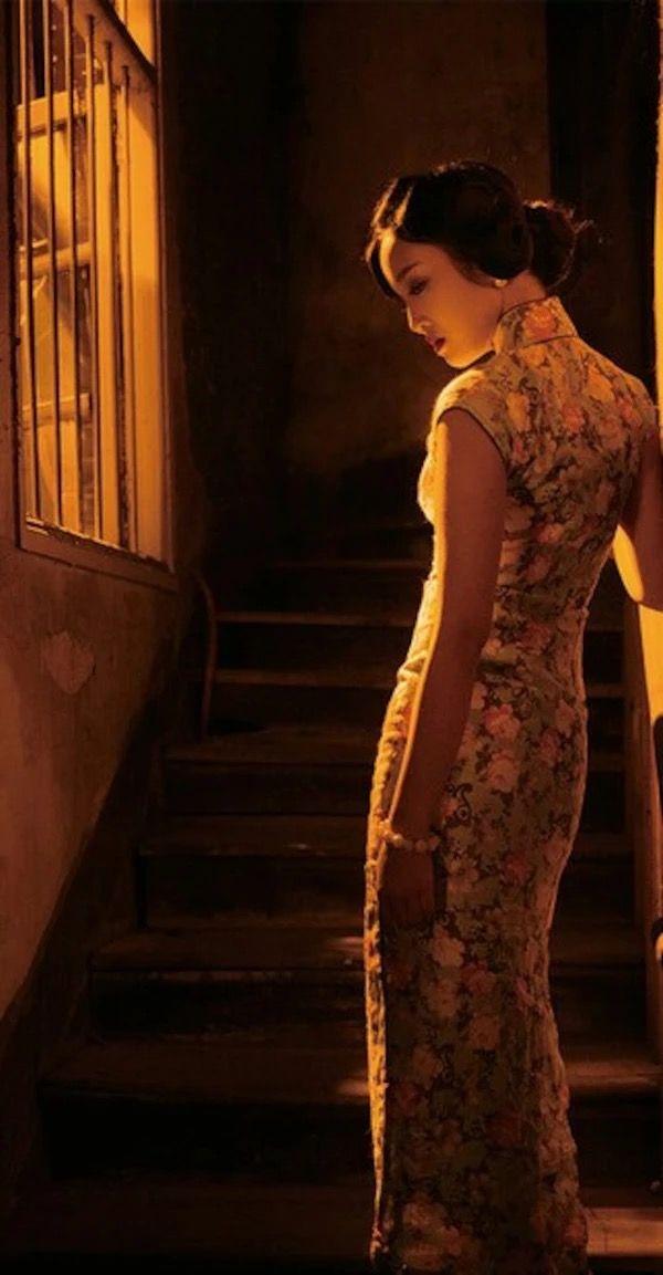 旗袍摄影『花样年华』那些消逝了的岁月,仿佛隔着一块积着灰尘的玻璃,看得到,抓不着……