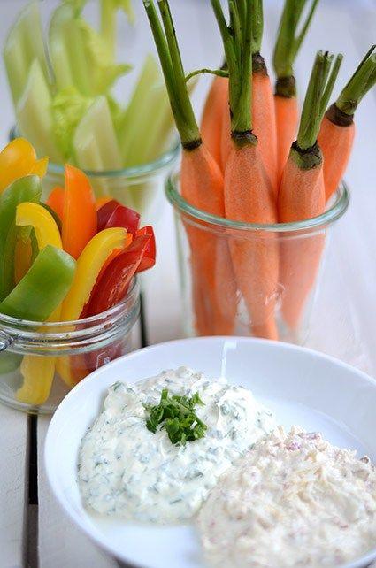 Leckere Buffet-Idee: Gemüse-Sticks wahlweise mit Käse-Schinken- oder Kräuter-Dip