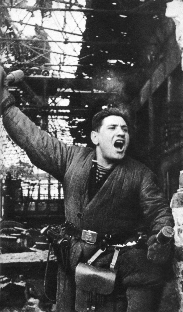 Командир штурмовой группы морской пехоты П. Гольберг в одном из цехов разрушенного завода «Баррикады». 1943 г.