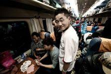 Un viaggio lungo tre giorni, da Pechino alla capitale del Tibet, su una ferrovia che viaggia sulle quote più alte del mondo (4000 metri in media) e che è una vera e propria sfioda ingegneristica. Le immagini scattate dal fotografo romano Andrea Chiarucci (in mostra da FotoForniture Sabatini a Roma fino a dicembre, a cura di Sarah Palermo), raccontano di una varia umanità che viaggia su convogli affollati, chi per lavoro, chi in cerca di spiritualità, chi per turismo o la semplice curiosità…