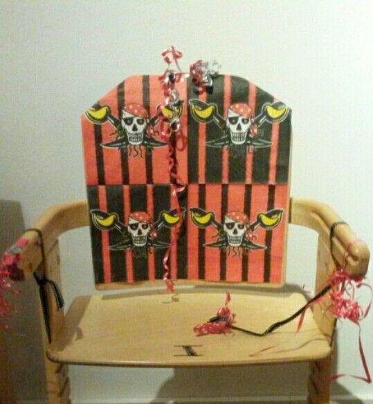 Met servetje en wat slingertjes is kinderstoel zo omgetoverd in piraten-verjaardag-stoel.