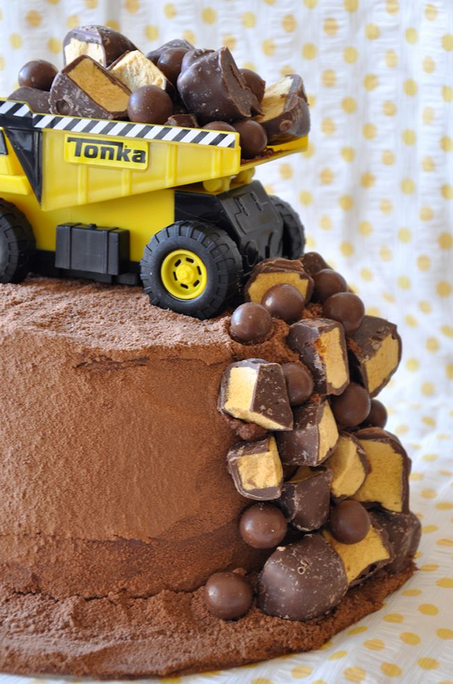 Dump Truck Cake for a construction birthday party. Easy to decorate and oh my goodness it's just adorable!!