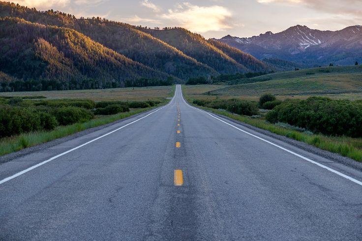 Америка — одна из лучших стран (а может и лучшая) для автомобильного путешественника. В том числе благодаря своим дорогам. То, что они здесь ровные и всегда в идеальном состоянии — и так понятно. Главное удовольствие заключается в том, что в США очень развита система фривеев — многополосных шоссе без перекрестков, где скоростной лимит обычно не опускается ниже 55 миль в час (90 км/ч). Таким образом основной автомобильный трафик движется по этим фривеям, освобождая для нас, ценителей…