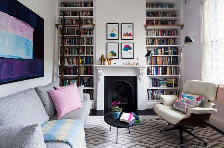 Книжные полки с двух сторон от камина  - креативная идея для гостиной.