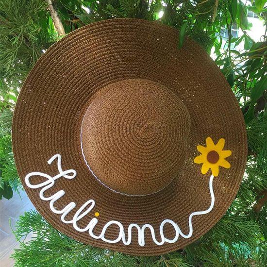 b0082fde9178 Veja uma seleção de ideias de customização de chapéu de palha. A moda é  usar o chapéu de praia com seu nome personalizado nele. Chapéu customizado  com nome ...
