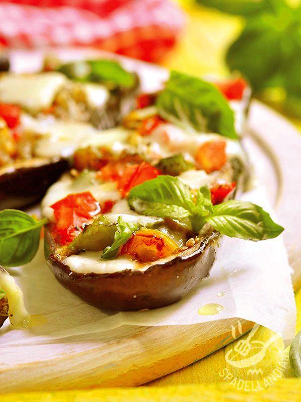 Le Melanzane al forno con burrata sono una pietanza gustosa che unisce il sapore di uno dei prodotti di punta del Belpaese agli ortaggi del Mediterraneo.