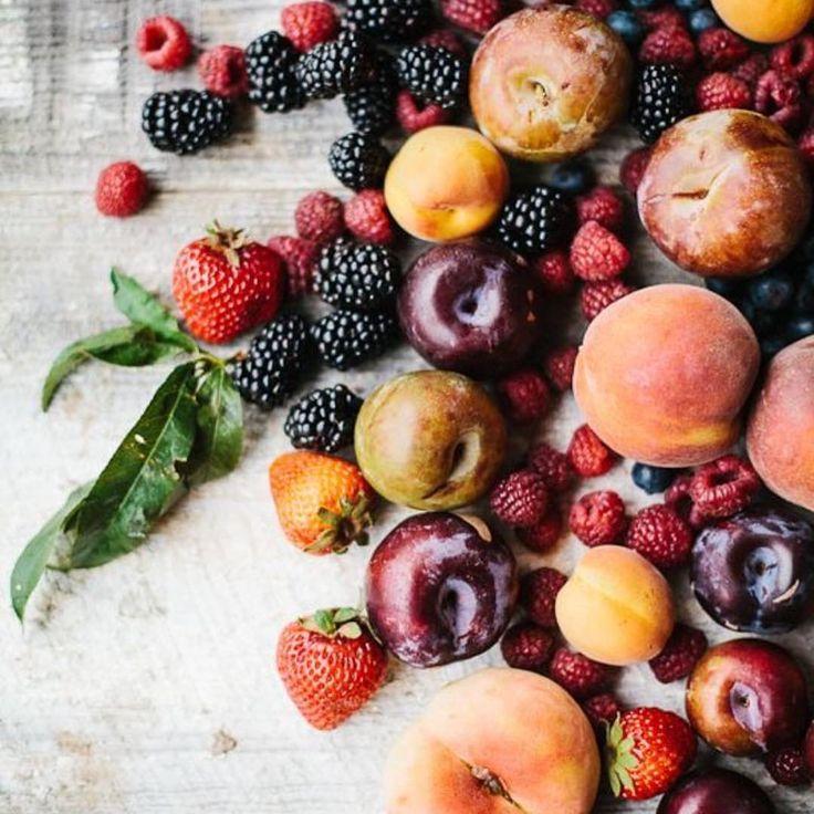 Ha visszagondolok régi táplálkozási szokásaimra, rájövök, hogy jó nagy pofonokat adtam a vércukorszintemnek pl. olyan napokon, amikor egész nap csak gyümölcsöt ettem, mondván egészséges és bármennyit lehet enni belőle. Nem is kell ilyen drasztikus gyümölcskúrát tartani ahhoz, hogy hibát kövessen el az ember, már a reggelire fogyasztott gyümölccsel is egész napra hazavághatjuk az inzulinháztartásunkat. A …