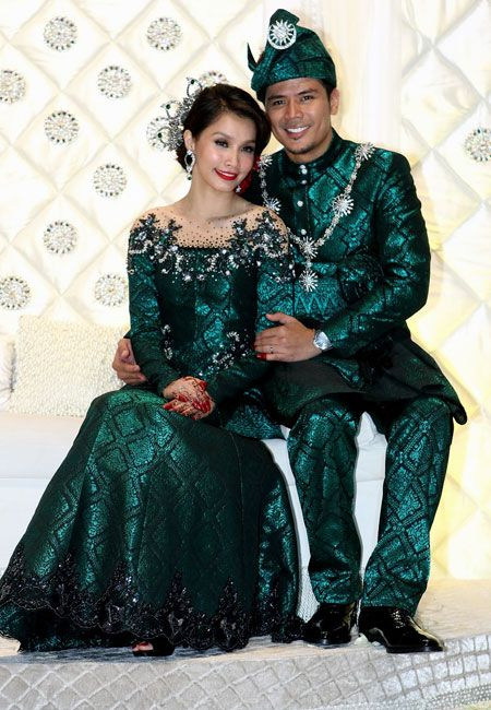 Scha Al-Yahya & Awal Ashaari, whose attires were designed by Rizman Ruzaini & the songket was from Atikah Songket