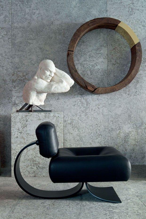 Editorial Osvaldo Tenório (Foto: Filippo Bamberghi) Logo à entrada, um molde de gesso de autoria desconhecida compõe o cenário com a escultura Ciclo da Vida, de Tenório, e a poltrona Easy, de Oscar e Anna Maria Niemeyer