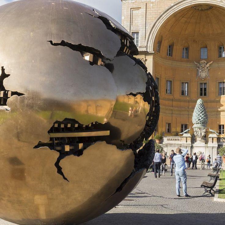 Obra em bronze de Giò Pomodoro considerado um dos grandes escultores italianos contemporâneos. A obra na foto se chama Sfera con sfera e está no Cortile della Pigna Musei Vaticani. Foto de @victor.carnevale #italy #italia #igers #igerslazio #igersitalia #italianablog #roma #rome #btbloggers # by italianablog