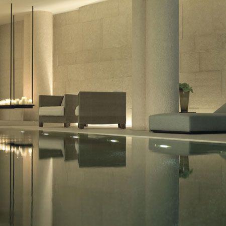 Piscina espejo con vista de area d juegos a terraza y viceversa