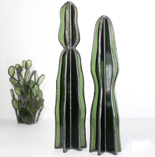 A artista americana Lesley Green transformou pedaços de vidros coloridos em esculturas incríveis com design moderno ao se inspirar em cactos e suculentas.